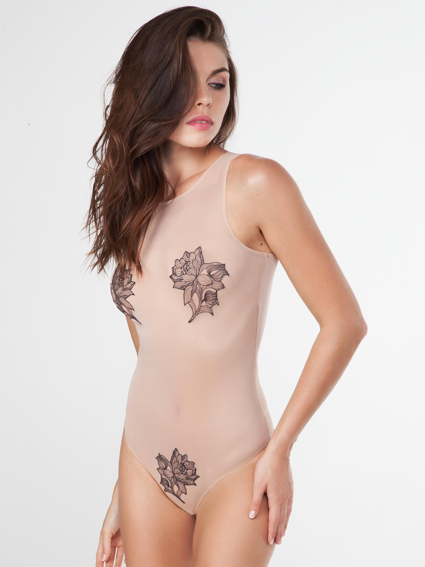 Боди mysticite tattoo chicБюстье<br>боди<br><br>Цвет: Бежевый<br>Декор: Вышивка<br>Стилистика: Сексуальное<br>Направление: Бюстье<br>Пол: Женский<br>Материал: 82% ПЭ; 16% ЭЛ; 2% ХЛОПОК<br>Размер: 2